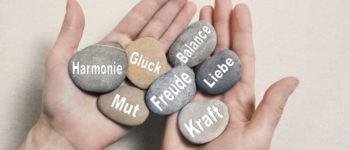 Hände halten Steine Mit Glück, Mut, Kraft, Freude, Harmonie