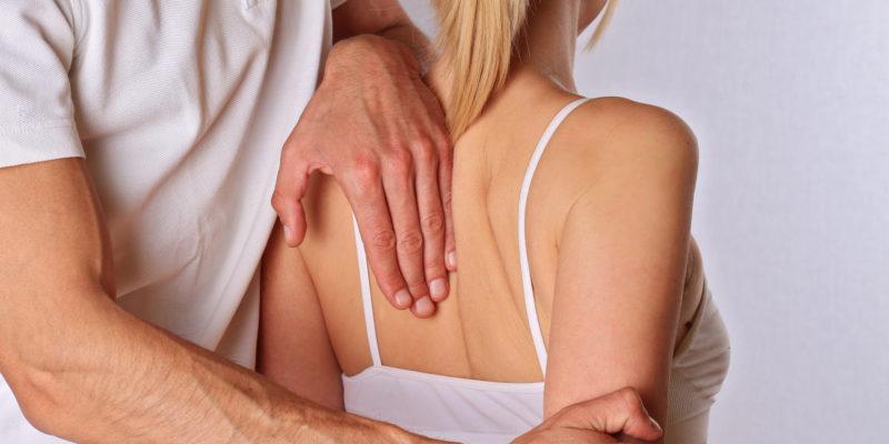 Chiropraktik, Osteopathie. Therapeut Tun Heilbehandlung auf Frau zurück. Alternative Medizin, Schmerzlinderung Konzept